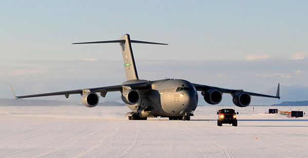 US Airforce C-17 jet aircraft at McMurdo Station, Antarctica (© Colin Harris, era-mages)